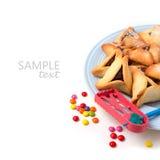 在板材的Hamantaschen在白色背景的曲奇饼和grogger 免版税库存照片