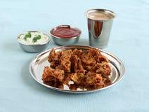 在板材的Pakoda传统和普遍的印度素食快餐 免版税库存图片