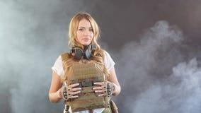 在板材载体和warbelt打扮的白肤金发的女兵 妇女,军队概念 股票录像