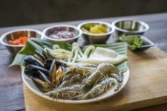 在板材,健康食物,大虾,蛤蜊乌贼的生海鲜 库存照片