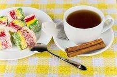 在板材,杯子的多色土耳其快乐糖热的茶 库存图片