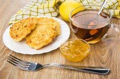在板材,碗的酸奶干酪薄煎饼柠檬果酱,茶 图库摄影