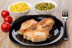 在板材,蕃茄,甜玉米,绿豆的油煎的火鸡肉 免版税库存照片
