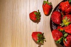 在板材,顶视图,维生素早餐的开胃成熟草莓 免版税库存照片