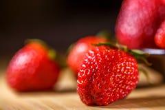 在板材,顶视图,维生素早餐的开胃成熟草莓 免版税库存图片