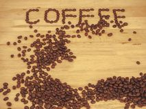 在板条木头的咖啡豆和写咖啡 免版税图库摄影