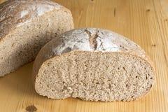 在板条桌上的黑麦面包 免版税库存图片
