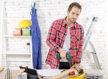 在板条的木匠钻孔,在他的车间 库存图片