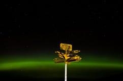在极光下的路标在斯特灵点 库存图片