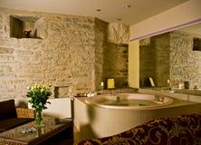 在极可意浴缸空间里面的旅馆 免版税库存照片