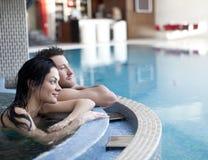 在极可意浴缸的夫妇 免版税库存照片