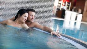 在极可意浴缸的夫妇 库存照片