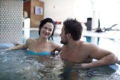 在极可意浴缸的夫妇 免版税库存图片