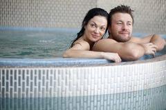 在极可意浴缸的夫妇 图库摄影