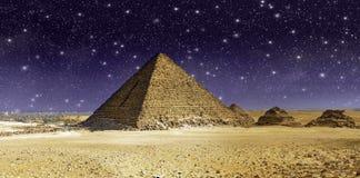 在极大的Cheops金字塔的星形和天空 免版税库存照片