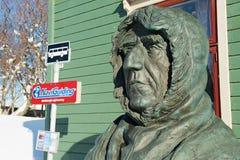 在极性博物馆大厦前面的极性探险家罗尔德・亚孟森胸象在特罗姆瑟,挪威 库存照片