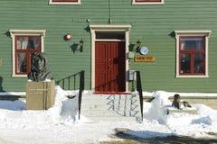 在极性博物馆entrancein特罗姆瑟,挪威前面的极性探险家罗尔德・亚孟森雕象 库存图片