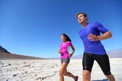 在极端奔跑的连续健身体育赛跑者 库存图片