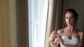 在极端的新娘喷洒的芬芳,与弄湿皮肤的气味微粒 股票录像