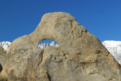 在构筑惠特尼峰和多雪的山脉山的岩石的阿拉巴马小山孔在日出在孤立杉木,加州附近 库存照片
