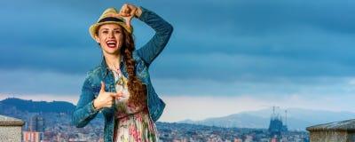 在构筑用手的巴塞罗那前面都市风景的妇女 免版税库存照片