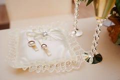 在枕头的两只金戒指仪式的 图库摄影