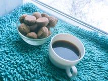 在枕头的咖啡杯 免版税库存图片