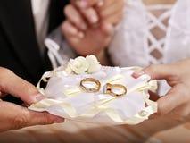 在枕头的婚戒。 免版税库存照片