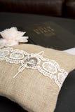 在枕头的婚戒有圣经的 库存图片