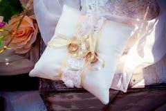 在枕头的婚戒 库存图片