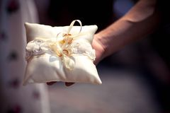 在枕头的婚戒 免版税图库摄影