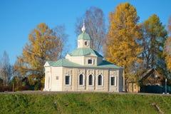 `在林姆斯基科萨科夫街上的诸圣日`教会在晴朗的10月下午 Tikhvin,俄罗斯 免版税库存图片