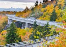 在林恩小海湾高架桥的秋天, 免版税库存图片