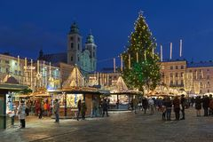 在林茨,奥地利大广场的圣诞节市场黄昏的 图库摄影