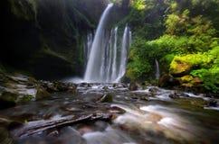 在林贾尼火山,Senaru龙目岛印度尼西亚附近的齐乌Kelep瀑布 东南亚 行动迷离和软的焦点由于长的曝光射击 库存图片