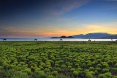 在林贾尼火山上的金黄光如被看见从Kenawa海岛,松巴哇岛,印度尼西亚 库存照片