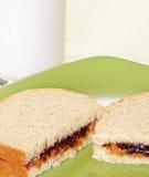 在果冻牛奶花生三明治涂黄油 免版税图库摄影