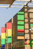 在果子和豆类门面的五颜六色的横幅成群,商展 免版税库存图片