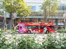 在果树园路新加坡的观光的公共汽车 免版税库存图片
