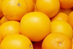 在果皮的充满活力的成熟桔子 在市场上的热带水果 汁液或烹调的晴朗的黄色柑桔 库存照片