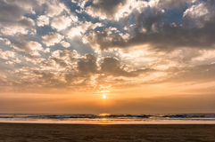 在果阿海滩的五颜六色的日落 免版税库存图片