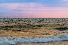 在果阿海滩的日落 免版税图库摄影