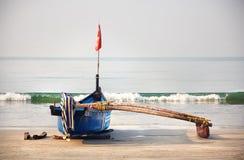 在果阿海滩的渔夫小船 免版税库存图片