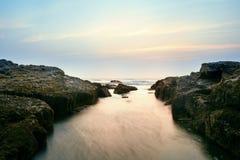 在果阿的岩石海岸 免版税库存照片