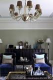 在枝形吊灯下的客厅 免版税图库摄影