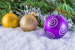 在枝杈背景的圣诞节球有祝贺的文本的 免版税库存图片