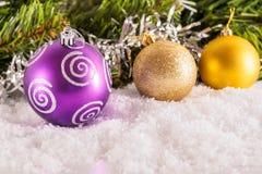 在枝杈背景的圣诞节球  库存照片