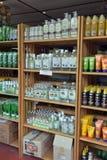 在架子商店的椰子油和遮光剂产品 库存图片