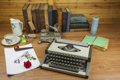 在架子堆积的旧书正面图  没有标题和作者的书 站立在架子的旧书看法  图库摄影