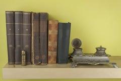 在架子堆积的旧书正面图  库存照片